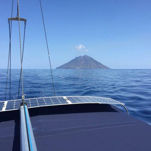 ociera in barca a vela alle Eolie a giugno